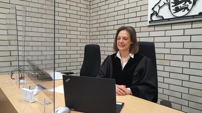 Die Richterin Katrin Flum sitzt vor ihrem Laptop.