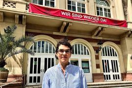 Chef-Dramaturgin Kekke Schmidt steht vor dem Theater Baden-Baden
