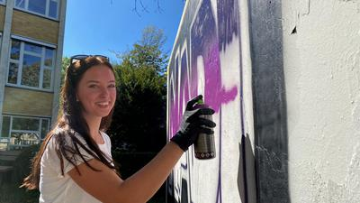 Kim Hughes fertigt ein Graffito an.