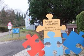 Ein Schild weist auf das Kinder- und Jugendheim Baden-Baden hin.
