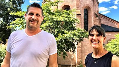 Pastoralreferent Dominik Fey und Karin Oesterle, Sprecherin des Gemeindeteams St. Bonifatius, stehen vor der Kirche St. Bonifatius Lichtental