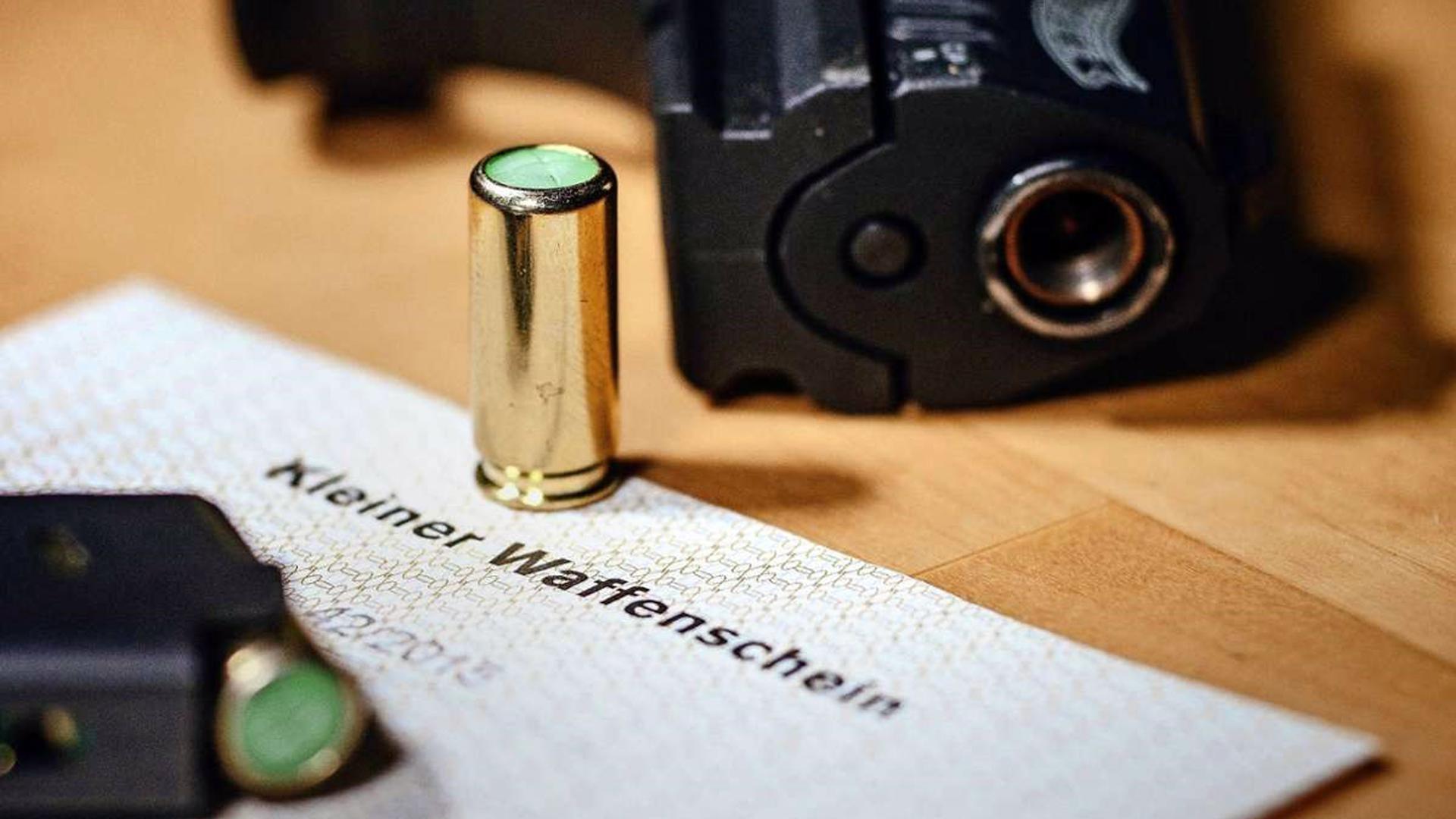 """Auch in der Kurstadt gibt es immer mehr """"kleine Waffenscheine"""": Mit ihnen dürfen """"erlaubnisfreie Waffen"""" , also Schreckschuss-, Reizstoff- und Signalwaffen, in der Öffentlichkeit mitgeführt werden."""