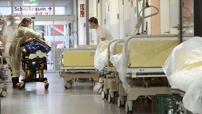Pflegekräfte kümmern sich in der Zentralen Notaufnahme der Klinik Baden-Baden-Balg um einen Patienten.