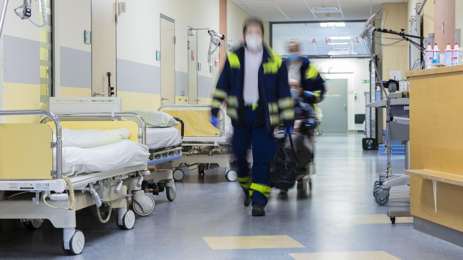 Rettungssanitäter bringen einen Patienten in die Zentrale Notaufnahme des Klinikums Baden-Baden-Balg.