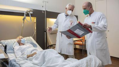Ärzte stehen am Klinikum Baden-Baden-Balg am Bett eines Patienten.