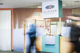 Ein Mann geht an der Rezeption des Klinikums Mittelbaden in Baden-Baden-Balg vorbei.