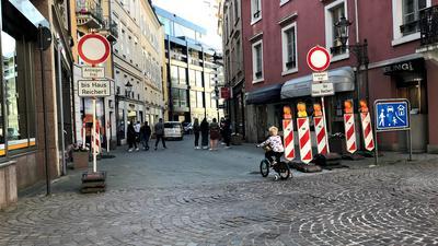 Ein Kind fährt auf einem Fahrrad von der Lichtentaler Straße in die Kreuzstraße in Baden-Baden ein.