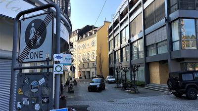 Ein Auto fährt durch die Kreuzstraße in Baden-Baden.