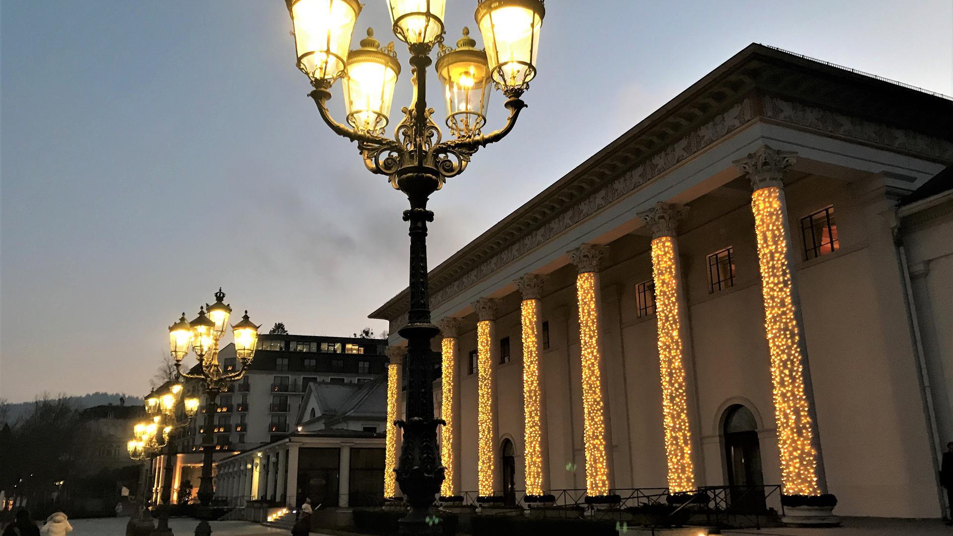 Das Kurhaus Baden-Baden ist weihnachtlich illuminiert. Ab 15. Januar richtet das Land dort ein Corona-Impfzentrum ein.