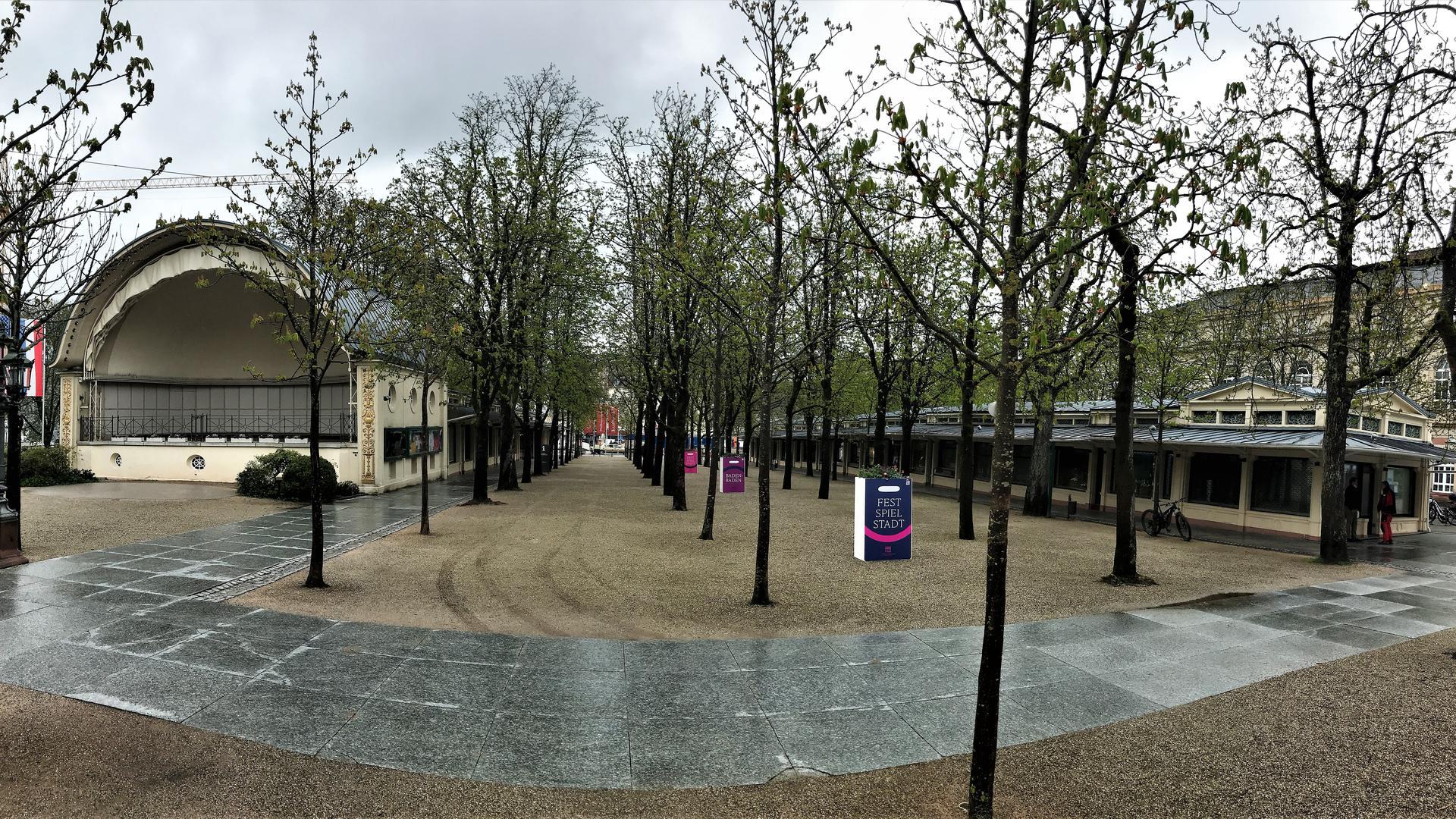 Zu den Kurhaus-Kolonnaden Baden-Baden gehört neben den beiden Ladenzeilen die Konzertmuschel. Dazwischen befindet sich eine Kastanien-Allee.