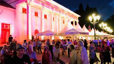 Vor dem Kurhaus in Baden-Baden stehen Partyzelte und es sind viele Menschen unterwegs