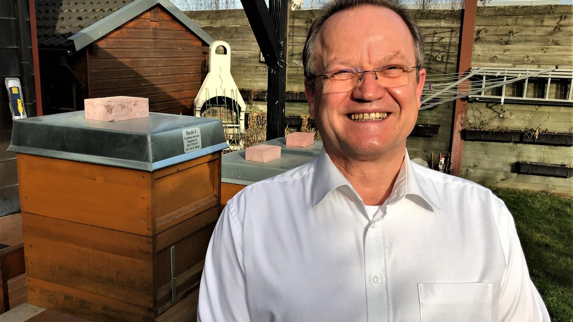 Der AfD-Landtagskandidat Kurt Hermann steht vor seinen Bienenstöcken im Garten seines Hauses in Baden-Baden-Sandweier.