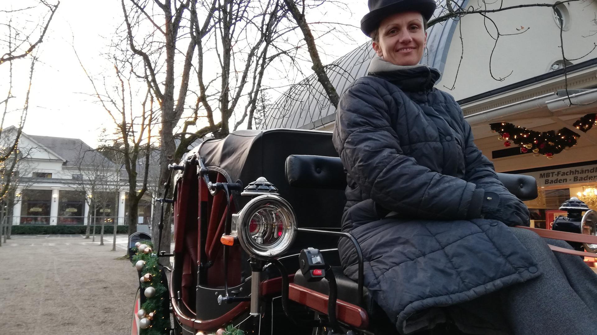 Sabrina Möller aus Baden-Baden sitzt auf ihrer neuen Kutsche