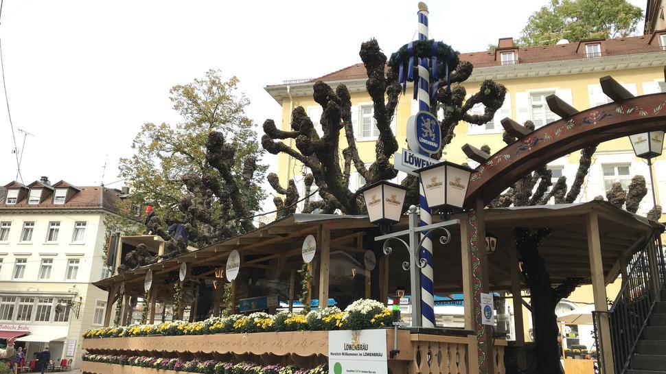 Statt einer Hütte wird vor dem Löwenbräu Keller Baden-Baden dieses Jahr eine Überdachung angebracht, damit mit Platz draußen entsteht.