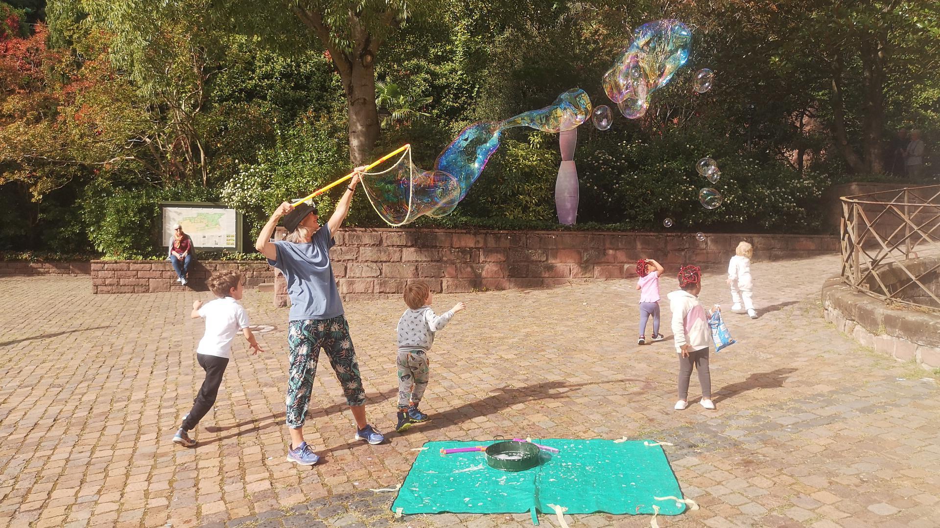 Kinder und Riesenseifenblasen