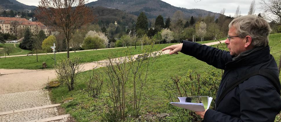 Gartenamtschef Markus Brunsing zeigt auf das Gelände am Hungerberg, wo 1981 die Landesgartenschau Baden-Baden stattgefunden hat.