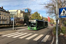 Ein Bus nähert sich dem Fußgängerüberweg in der Baden-Badener Lange Straße beim Festspielhaus.