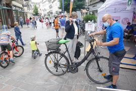 Ein Mann prüft ein Fahrrad.