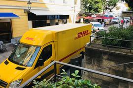 In den Morgenstunden herrscht in der Lange Straße in der Fußgängerzone in Baden-Baden. vielfach reger Anlieferverkehr.
