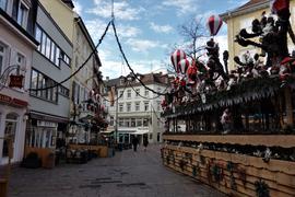 Nur wenige Menschen bummeln durch die weihnachtliche geschmückte Innenstadt von Baden-Baden.