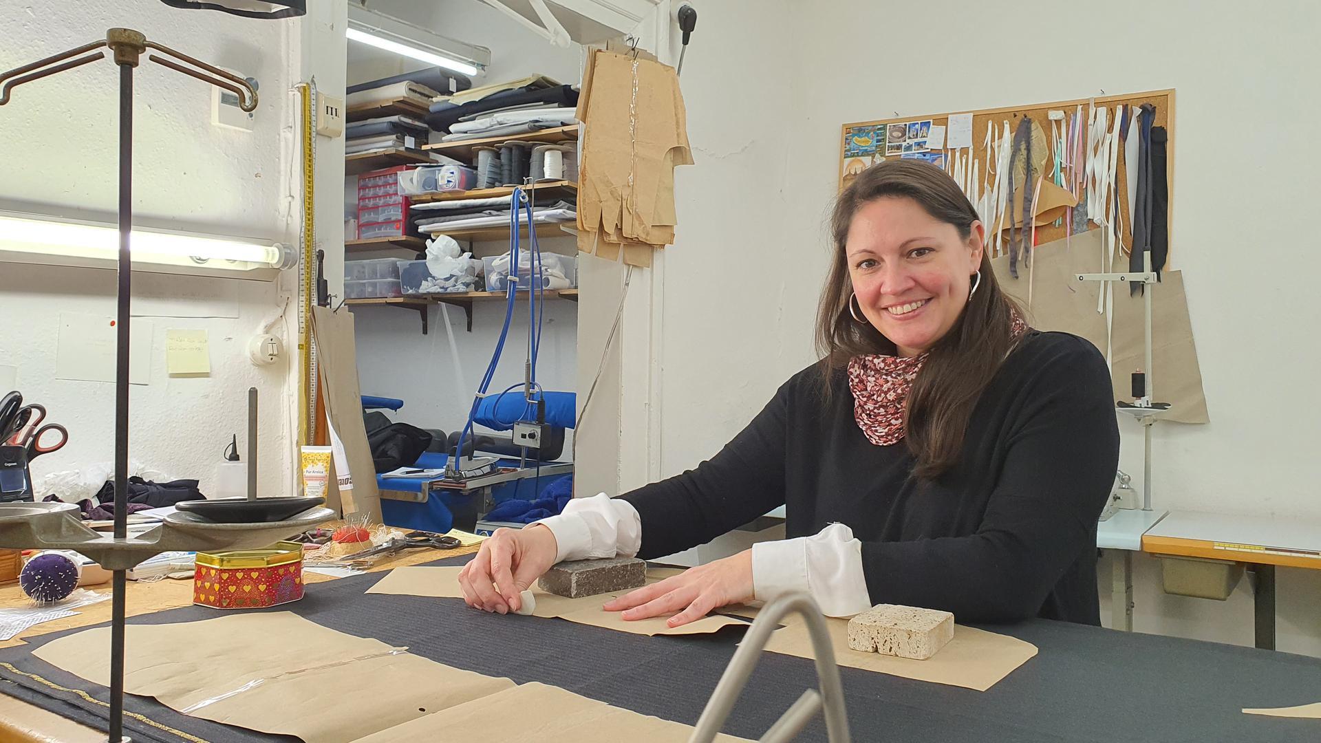 Myriam Gerber Inhaberin der Maßschneiderei Schmauder in Baden-Baden sitzt in ihrer Werkstatt.