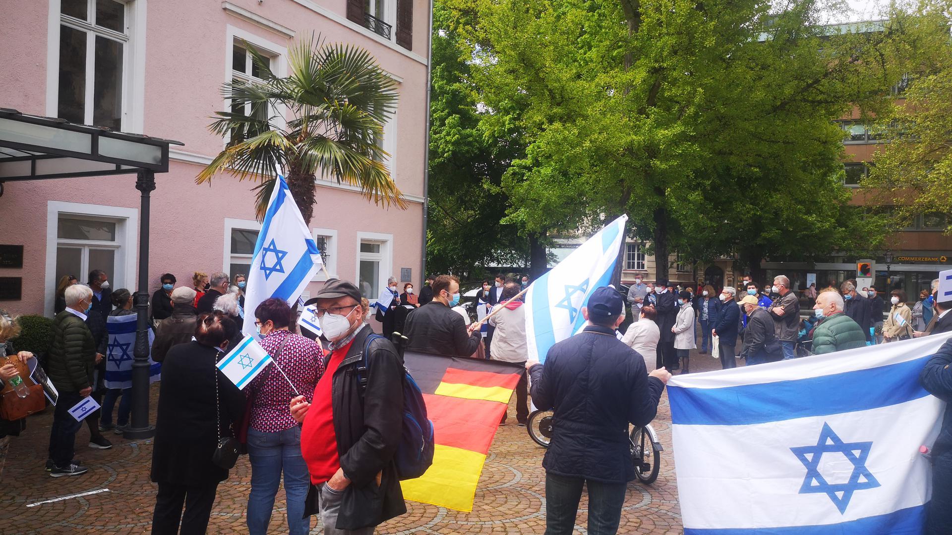 Rund 150 Personen sind am Augustaplatz zu einer Mahnwache zusammengekommen.