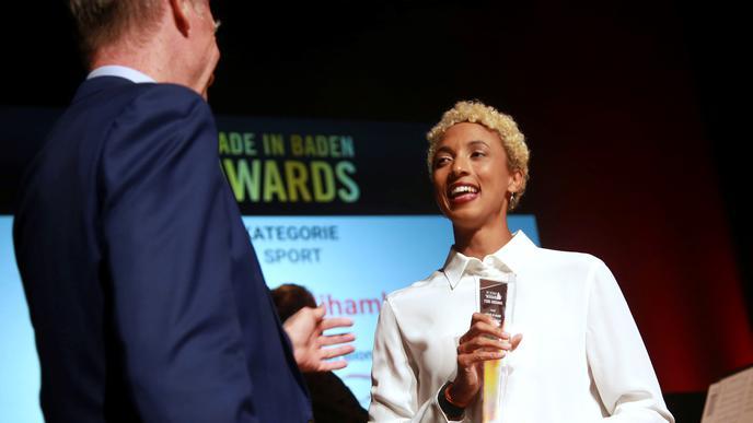 """Weitsprung-Olympiasiegerin Malaika Mihambo bekommt den Sonderpreis der """"Made in Baden""""-Awards von Laudator Alain Blondel überreicht."""