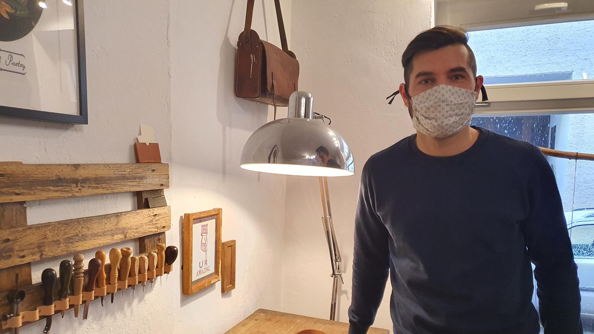 Mario Scheerer steht in seiner Werkstatt in Baden-Baden.