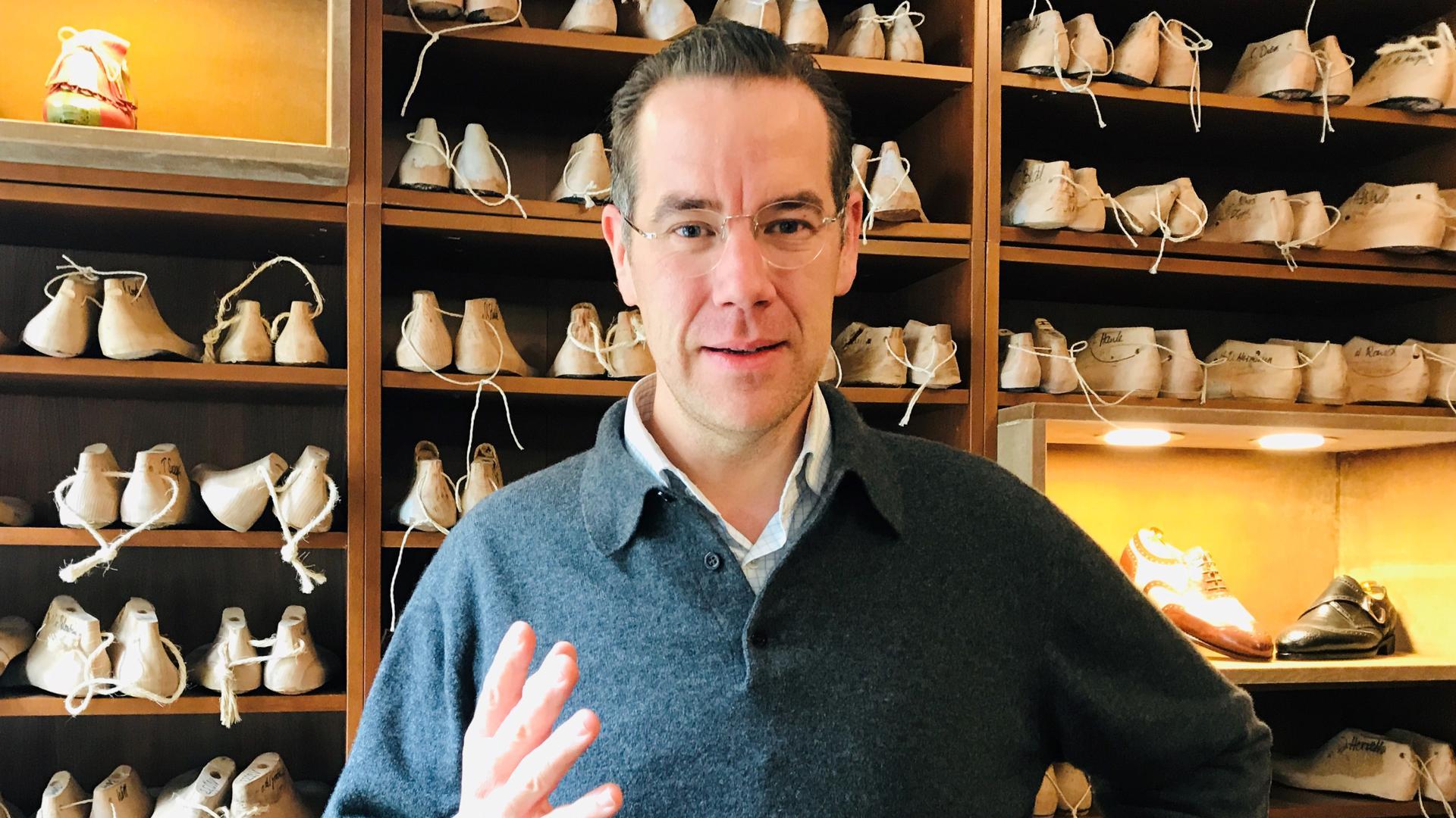 Matthias Vickermann vom Verein Baden-Badener Innenstadt (BBI) beantwortet in seinem Geschäft die Fragen der BNN.