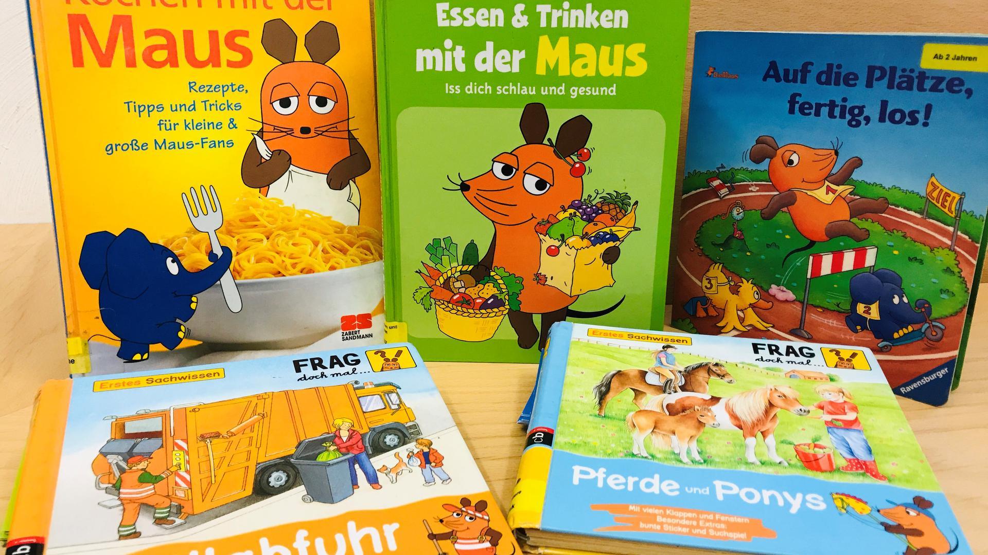 """In der Stadtbibliothek in Baden-Baden liegen einige Bücher aus der Reihe """"Sendung mit der Maus""""."""