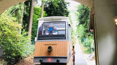 Die Merkur-Bergbahn in Baden-Baden fährt los.