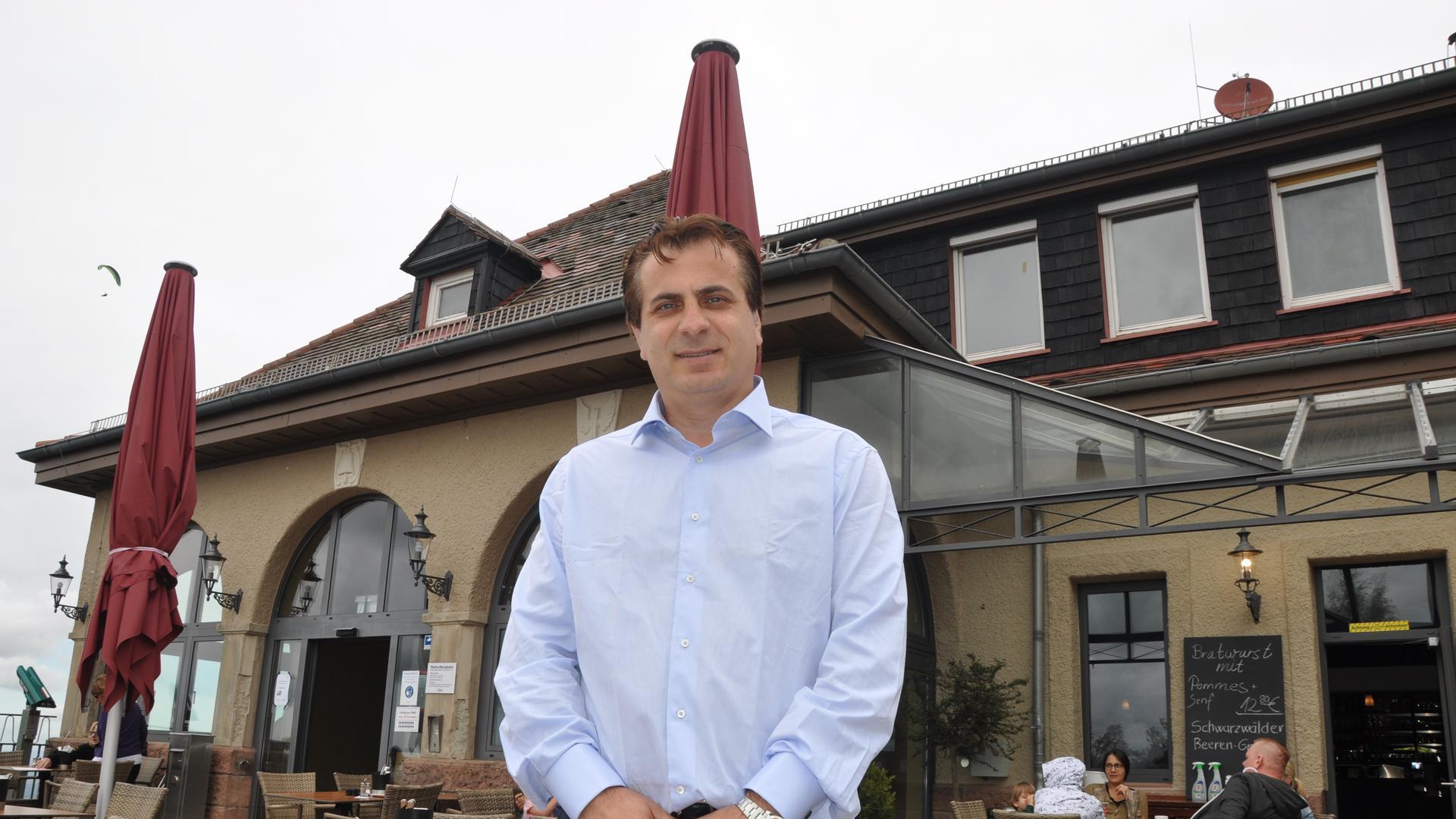 Neuer Pächter: Lulzim Beqiri vor dem Merkurstüble in Baden-Baden