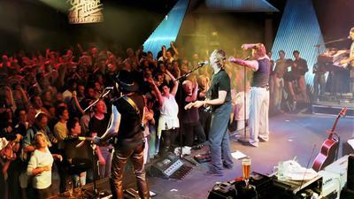 Mike & the Mechanics mit Genesis-Gitarrist Mike Rutherford (2.v.l.). beim Ohne-Filter-Konzert am 5.9.99 im TV-Studio 5 in Baden-Baden.
