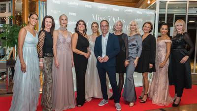 """Zehn Finalistinnen und Moderator Jürgen Hörig bei der """"Miss 50plus Germany""""-Wahl im Hotel Dollenberg im Schwarzwald."""