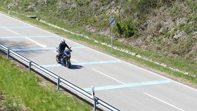 Motorrad fährt über Rüttelstreifen