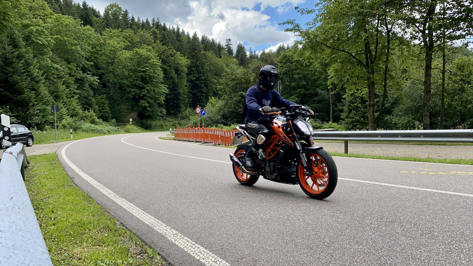 Ein Motorradfahrer fährt auf der B500