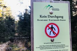 Im Bereich der Badener Höhe bei Baden-Baden weist eine Infotafel des Nationalparks Schwarzwald auf einen gesperrten Weg hin