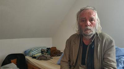 Jochen Bernhardt sitzt in seinem Zimmer in der Wohnungslosen-Unterkunft in Baden-Baden.