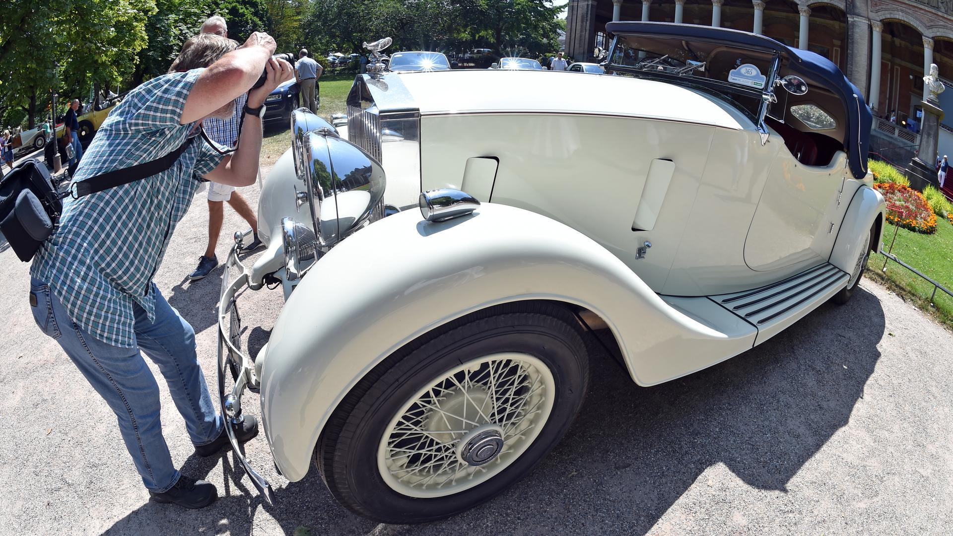 Beim 39. Internationalen Oldtimer Meeting in Baden-Baden (Baden-Württemberg) ist am 11.07.2015 ein Rolls-Royce 25/30 Open Tourer aus dem Jahr 1938 zu sehen. Bis einschließlich 12. Juli können vom Publikum rund 400 Oldtimer betrachtet werden. Foto: Uli Deck/dpa ++ +++ dpa-Bildfunk +++