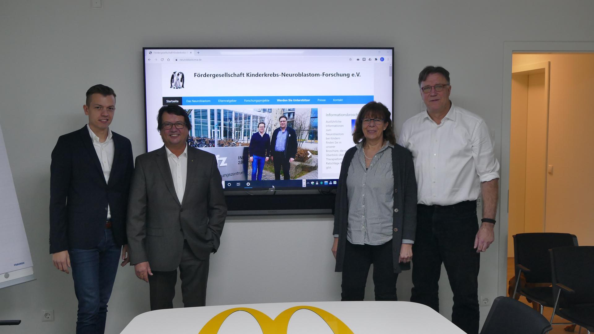 Vier Leute vor Monitor
