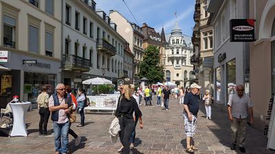 Eine Fußgängerzone mit zahlreichen Menschen.