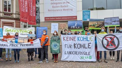 Demonstranten zeigen Plakate