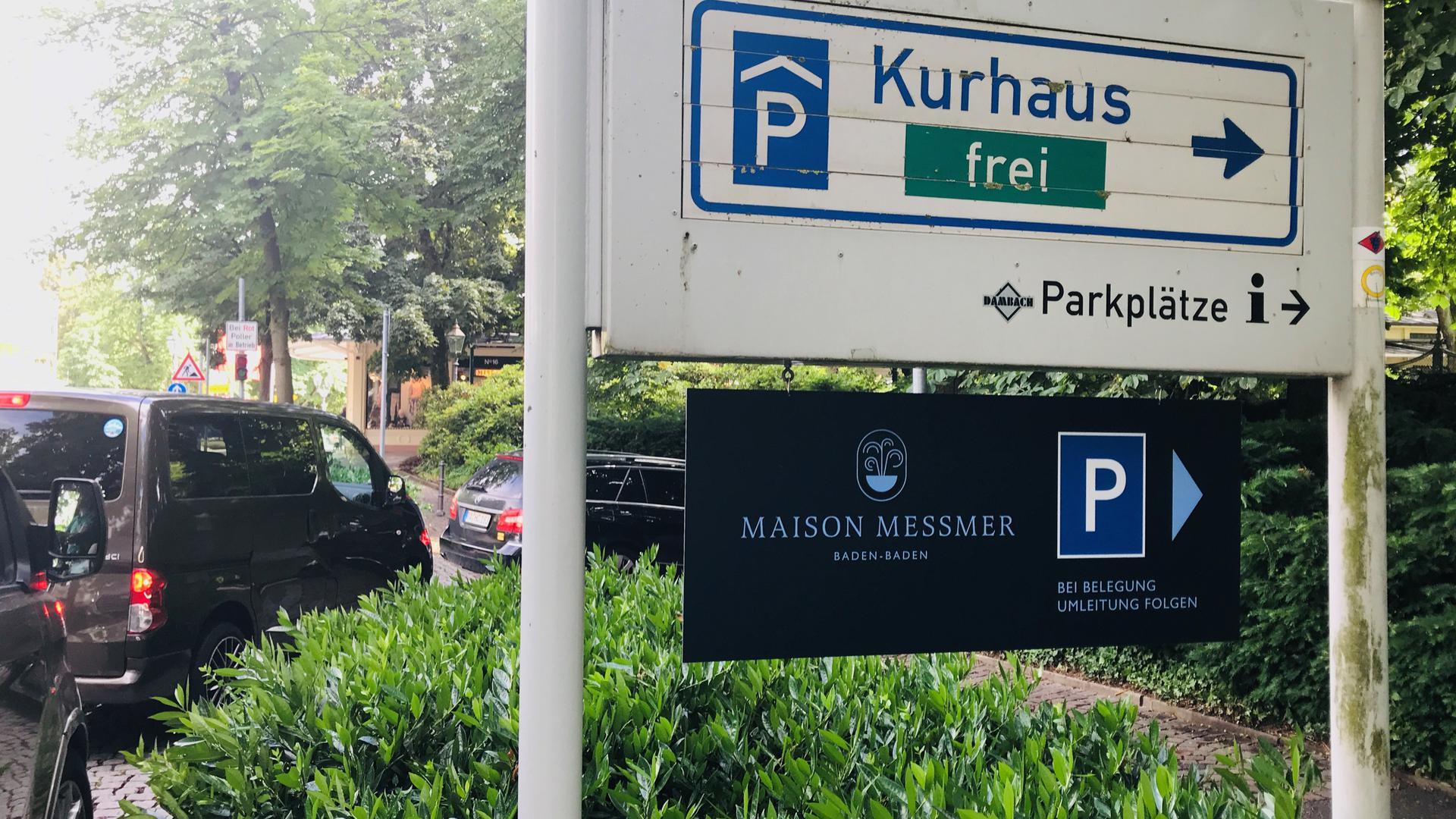 Vor der Einfahrt zur Kurhausgarage in Baden-Baden stehen Autos.