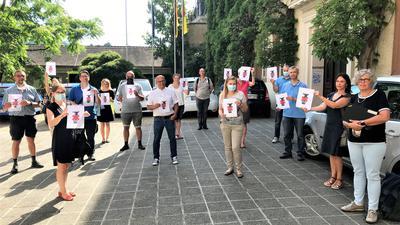 Städtische Beschäftigte protestieren im Rathaus-Innenhof gegen die Pläne für Parkgebühren auf Flächen vor Dienststellen