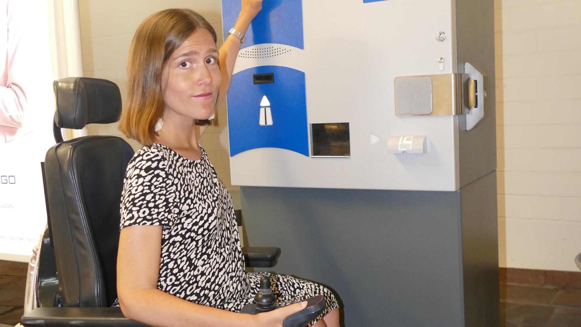 Probe aufs Exempel: Nora Welsch muss sich ganz schön strecken, um am Kassenautomat bei der Ausfahrt beim Festspielhaus ihr Ticket entwerten zu können.