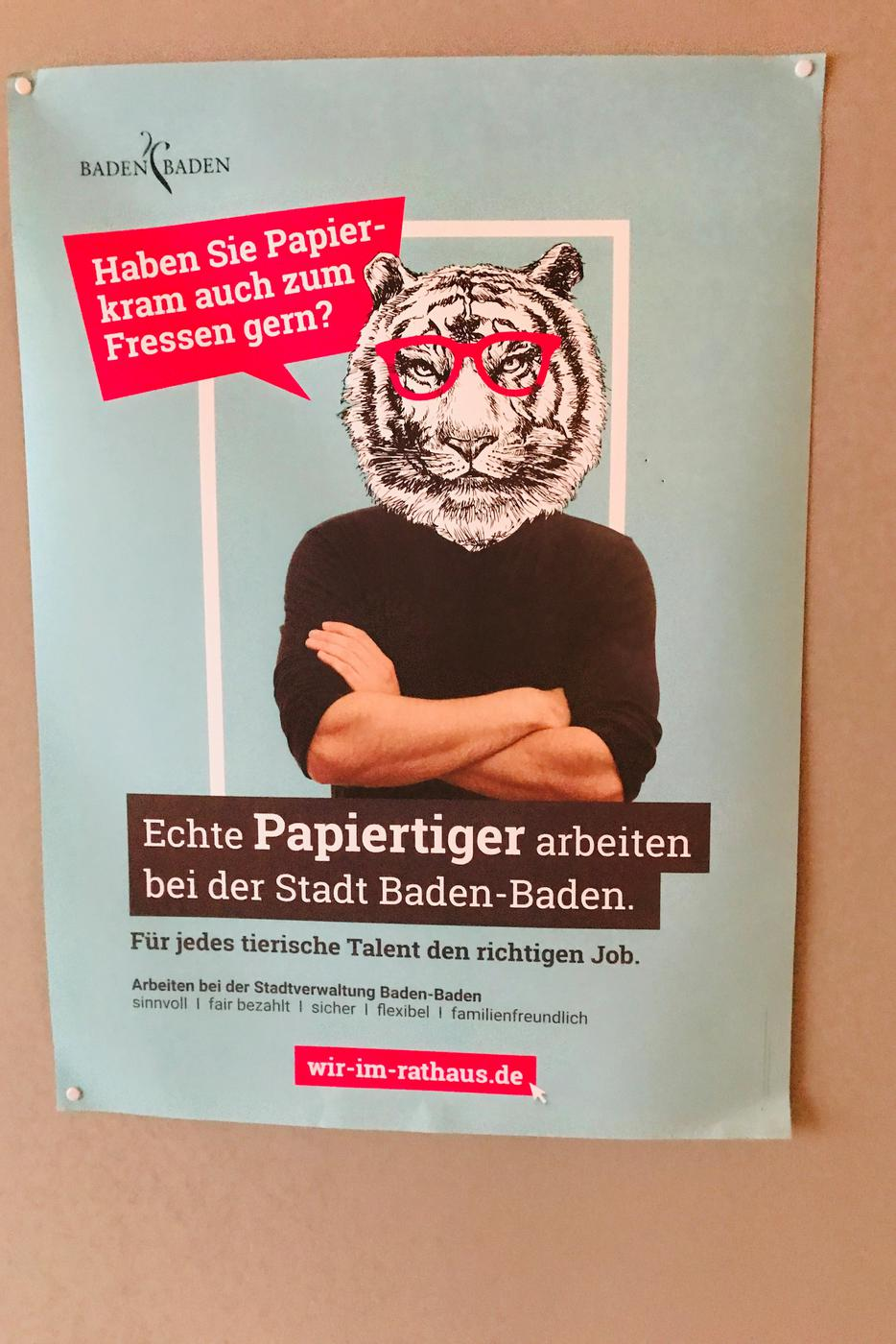 Mit einem Plakat, das einen Papiertiger symbolisiert, wirbt die Stadt Baden-Baden um Personal.