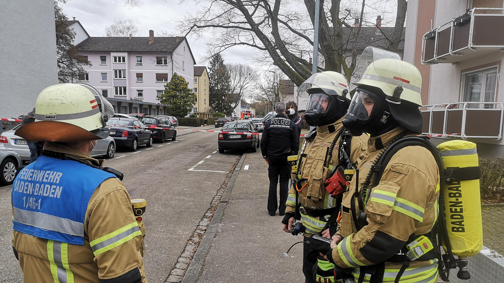 Großeinsatz: Sicherheitskräfte von Polizei und Feuerwehr sind in der Danziger Straße in Oos im Einsatz.