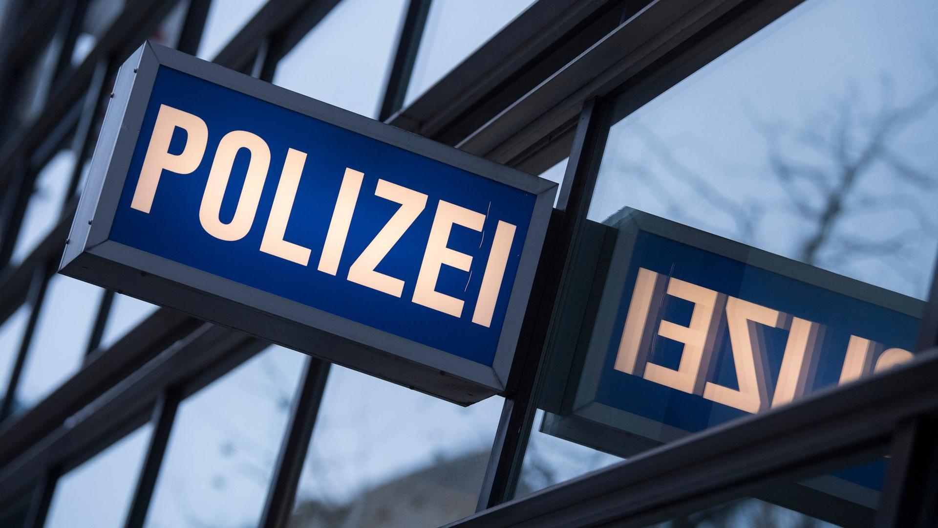 """Der Schriftzug """"Polizei"""" vor einem Polizeirevier."""