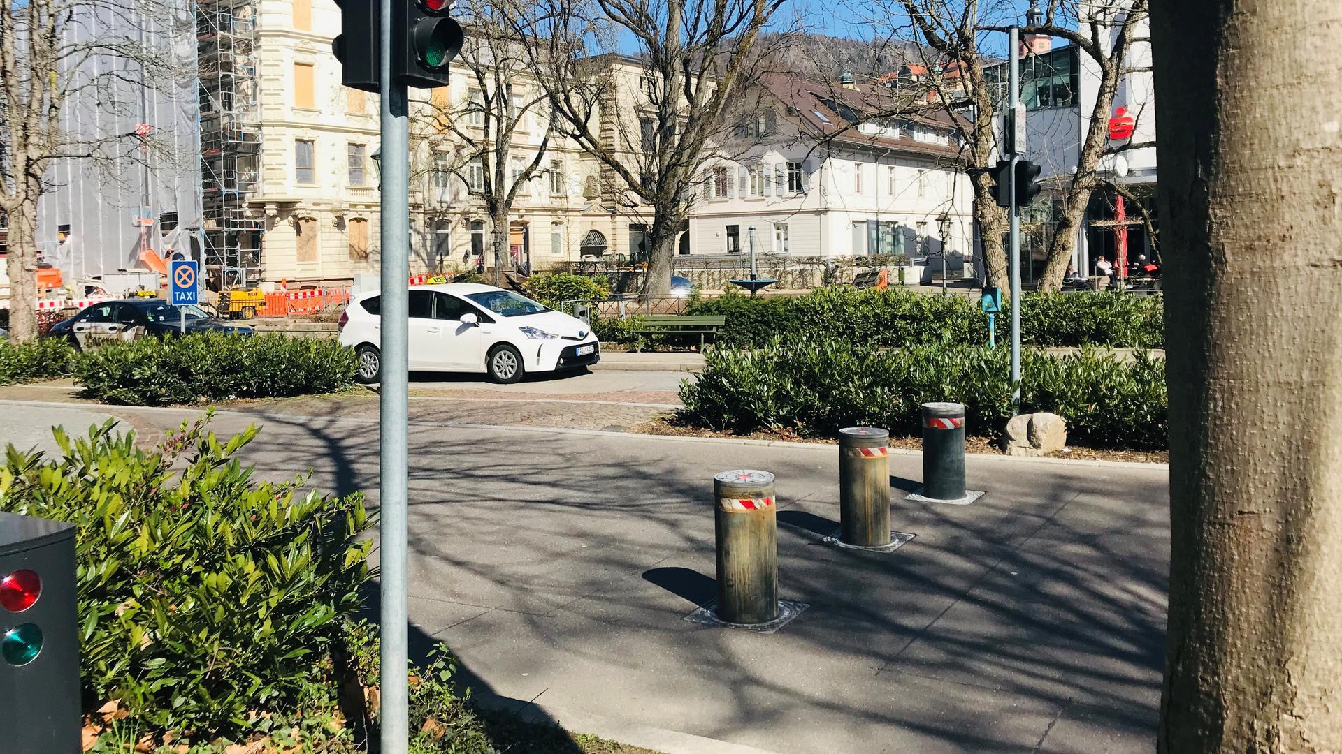 Vor der Kurhausgarage in Baden-Baden regeln diese im Boden versenkbaren Metallpfosten  den Verkehr.
