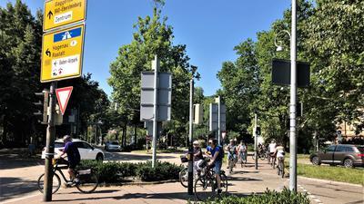 Radfahrer überqueren den Verfassungsplatz